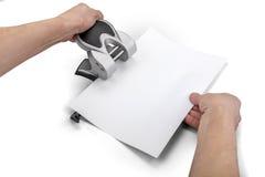 Perforator και χέρια εγγράφου γραφείων που απομονώνονται στο λευκό με το ψαλίδισμα της πορείας Στοκ Φωτογραφία