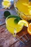 Perforazione arancio con la bevanda dolce di estate dell'alcool della frutta Immagine Stock