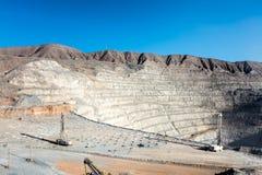 Perforazione e caricamento esplosivo a Pit Copper Mine aperto fotografia stock libera da diritti