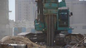 Perfore la maquinaria que perfora adentro la tierra, emplazamiento de la obra almacen de metraje de vídeo