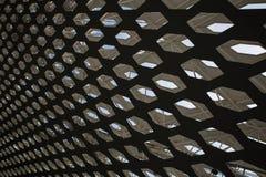 Perforierte Dachdecke mit Himmelansicht in Shenzhen-Flughafen Stockfotografie