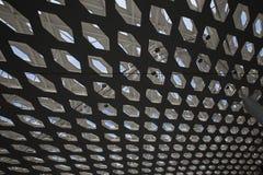 Perforierte Dachdeckenoberfläche mit Himmelansicht in Shenzhen-Flughafen Stockfotos