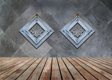 Perforiertes Holz verziert auf alter Steinwand Stockfoto