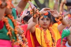 Perforimg танцоров ребенка девушки на фестивале Holi (весны) в Kolkata Стоковые Изображения RF