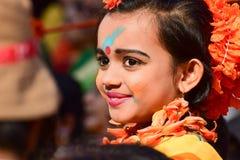 Perforimg танцоров ребенка девушки на фестивале Holi (весны) в Kolkata Стоковая Фотография RF