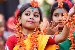 Perforimg танцоров ребенка девушки на фестивале Holi (весны) в Kolkata Стоковое Изображение