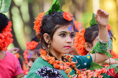 Perforimg танцоров ребенка девушки на фестивале Holi (весны) в Kolkata Стоковое Фото