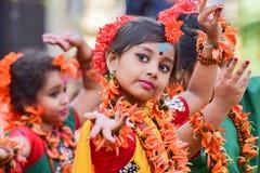Perforimg танцоров ребенка девушки на фестивале Holi (весны) в Kolkata Стоковое фото RF