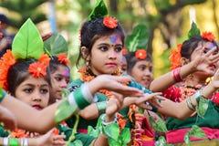 Perforimg танцоров ребенка девушки на фестивале Holi (весны) в Kolkata Стоковые Изображения