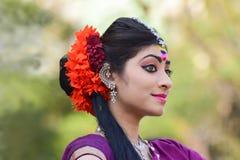 Perforimg Tänzer des jungen Mädchens an Festival Holi (Frühling) in Kolkata Stockfotos