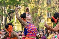 Perforimg Tänzer des jungen Mädchens an Festival Holi (Frühling) in Kolkata Lizenzfreie Stockbilder
