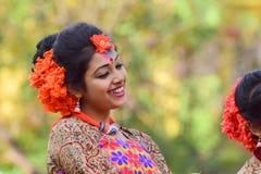 Perforimg Tänzer des jungen Mädchens an Festival Holi (Frühling) in Kolkata Lizenzfreies Stockbild