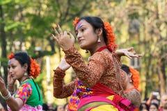 Perforimg Tänzer des jungen Mädchens an Festival Holi (Frühling) in Kolkata Stockfotografie
