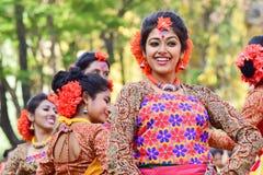 Perforimg Tänzer des jungen Mädchens an Festival Holi (Frühling) in Kolkata Stockfoto