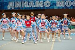 Performance des requins d'équipe de majorettes d'enfants Photographie stock
