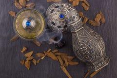 Perfume árabe artístico oriental de plata de Oud imagenes de archivo