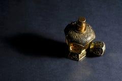 Perfume árabe em uma garrafa, isolada no fundo preto, em baixo l fotos de stock royalty free