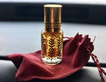 Perfume árabe na garrafa de vidro fotografia de stock royalty free