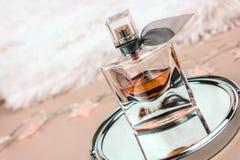Perfume bonito na reflexão imagem de stock