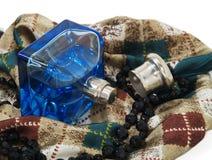 Perfume, bufanda y collar Fotos de archivo