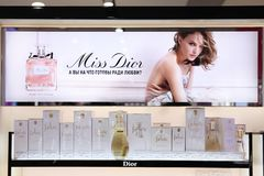 Perfume Christian Dior da mostra, empresa de propaganda com Natalie Portman moscow 20 03 2019 fotografia de stock royalty free