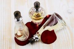 Perfume com leafes das rosas Imagens de Stock