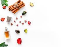 Perfume con fragancia con sabor a fruta, floral, picante brillante Ingredientes para el perfume Botella de perfume cerca de las f fotografía de archivo libre de regalías