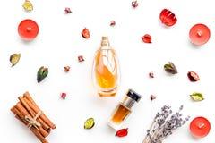 Perfume con fragancia con sabor a fruta, floral, picante brillante Ingredientes para el perfume Botella de perfume cerca de las f imagenes de archivo
