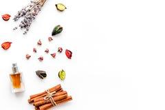Perfume con fragancia con sabor a fruta, floral, picante brillante Ingredientes para el perfume Botella de perfume cerca de las f fotos de archivo