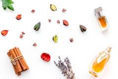 Perfume con fragancia con sabor a fruta, floral, picante brillante Ingredientes para el perfume Botella de perfume cerca de las f foto de archivo
