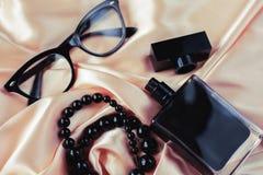 Perfume con las gotas y las gafas de sol Fotos de archivo