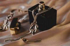 perfume con los accesorios de la joyería del oro Foto de archivo libre de regalías