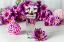 Perfume con olor floral foto de archivo