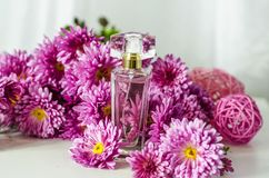 Perfume con olor floral imágenes de archivo libres de regalías