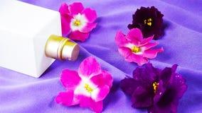Perfume con un olor floral imagenes de archivo