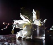 Perfume con una flor Foto de archivo libre de regalías