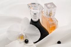 Perfume con una flor de la orquídea Imágenes de archivo libres de regalías