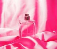 Perfume da mulher na cor-de-rosa Imagem de Stock