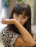 Perfume de cheiro da jovem mulher em seu braço Foto de Stock