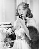 Perfume de cheiro da jovem mulher (todas as pessoas descritas não são umas vivas mais longo e nenhuma propriedade existe Garantia Imagem de Stock