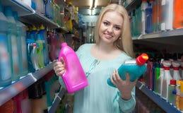 Perfume de compra da moça na seção da fragrância do supermercado Imagem de Stock