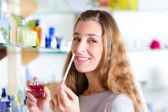 Perfume de compra de la mujer en departamento o almacén imagen de archivo libre de regalías