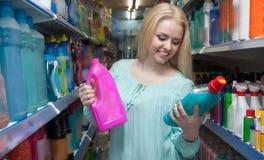 Perfume de compra de la muchacha en la sección de la fragancia del supermercado fotos de archivo