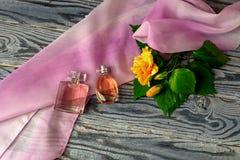 Perfume de duas fêmeas em um fundo de madeira Fotos de Stock