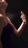 Perfume de pulverização da mulher Fotografia de Stock