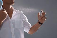 Perfume de rociadura del hombre joven fotografía de archivo