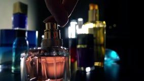 Perfume de rociadura de la mujer en la oscuridad almacen de video