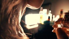 Perfume de rociadura de la mujer hermosa en su cuello almacen de metraje de vídeo