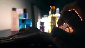 Perfume de rociadura de la mujer joven en su mano metrajes