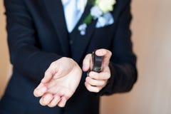 Perfume del espray del hombre joven Fotografía de archivo